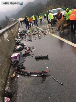 岳武高速23辆车相撞 5人死亡
