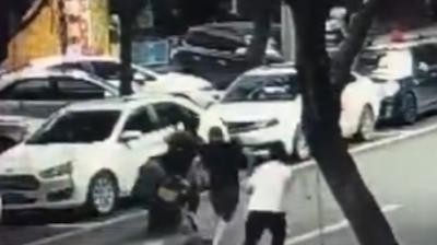 警察冒死抓贩卖毒品嫌疑人 被车拖行20米仍不放手
