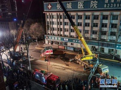 西宁市区一路面塌陷致车辆陷落 初步排查13人受伤2人失