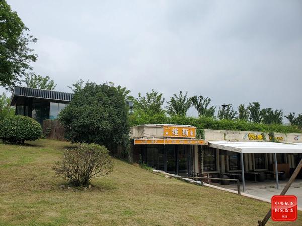 秦淮河大堤下的违建餐厅