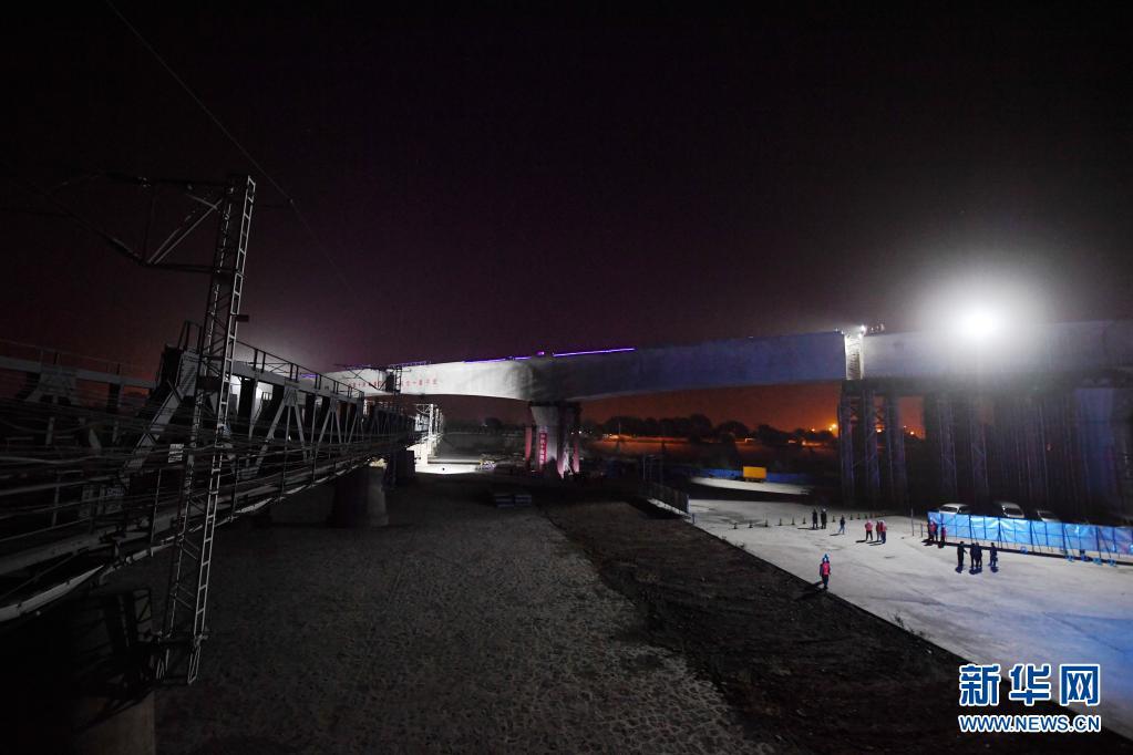 北京丰台站改建工程跨京广铁路转体桥转体完成